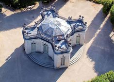 Aerial view of the Petit Trianon , domain Versailles in France ( French Pavilion and Pavillon Frais ) Chateau Versailles, Palace Of Versailles, Lebbeus Woods, French Architecture, Classical Architecture, Toyo Ito, Marie Antoinette, Belton House, Grand Parc