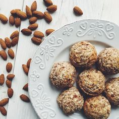 Migdałowo- kokosowe makaroniki Gluten, Vegan, Cookies, Desserts, Food, Crack Crackers, Tailgate Desserts, Deserts, Eten