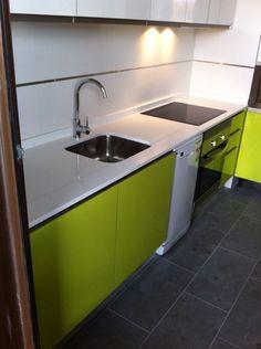 Muebles de cocina a medida en color blanco alto brillo con for Cocina encimera verde