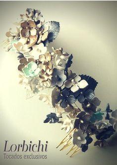 Media tiara de delicadas flores de porcelana en nácar, dorado champán, gris…