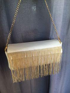 Bolso con flecos, cadena y bolsillo interior. Diseño propio.
