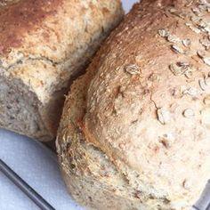Vi spiser mange brød hver uke og hjembakt brød er populært. Her er et godt hverdagsbrød som er både sunt, saftig og grovt. Prøv det. Du vil ikke angre. Bread Recipes, Cake Recipes, Piece Of Bread, No Bake Cookies, Bread Baking, Meal Planning, Food And Drink, Yummy Food, Favorite Recipes