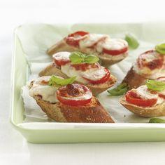 stokbrood met mozarella  Snijd de tomaten en de mozzarella in plakjes en het stokbrood in schijfjes. Leg op elk schijfje een stukje tomaat en daarop mozzarella. Bestrooi ze met fijngesneden basilicum. Zet de broodjes in de oven bij 180°C tot de mozzarella begint te smelten en het brood lichtjes begint te kleuren. Dit kan ook onder de grill. Tapas Party, Yummy Food, Tasty, Mozzarella, Starters, Baked Potato, Bread Recipes, Vegetarian Recipes, Muffin