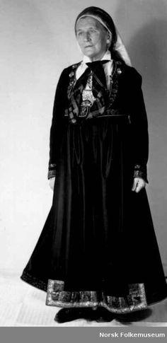 Digitalt Museum - Bryllupsdrakt, Brudedrakt fra tekstilutstillingen for Tinn Folk Costume, Costumes, Bridal Crown, Homeland, Old Photos, Norway, Blood, Goth, Clothes