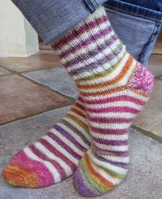Simplyfil: Chaussettes faciles en commençant par la pointe / Easy toe-up socks Baby Knitting Patterns, Arm Knitting, Knitting Socks, Toe Up Socks, Easy Crochet, Knit Crochet, La Pointe, Knitted Baby Blankets, Knitting Projects
