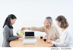 【旅行代理店】シニアの夫婦とビジネスウーマン