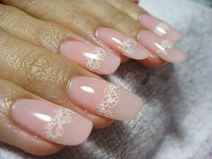 nail art mariage base rose décorée de fleurs
