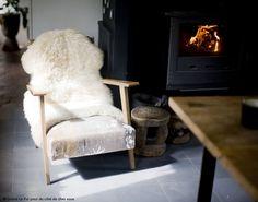 Un bel intérieur fait de béton et de bois pour  s'abandonner dans un livre ou devant un bon film sur un fauteuil confortable au coin du feu. #dccv #ducotedechezvous #feu #cheminée #béton #deco #maison #bois #hiver