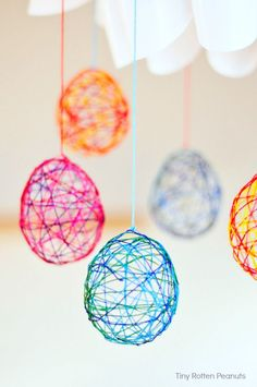 String Easter eggs - this is an easy embroidery floss Easter egg project for kids and adults. Make some cute Easter DIY decor - How to make gorgeous string easter eggs with embroidery thread and water balloons. Making Easter Eggs, Easter Art, Easter Crafts For Kids, Crafts For Teens, Easter Ideas, Easter Food, Easter Table, Easter Recipes, Spring Crafts