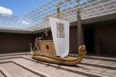 Canoa de totora del Museo de Tiwanaku. La totora es el elemento constructivo más importante en las Islas. Tamién es comestible, en parte.