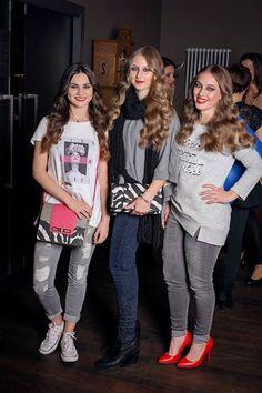 Girls / fashion show / fashion. Tři kočky na přehlídce v lehce neformálních outfitech.