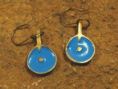 Coloured Dot Earring – Noor Design  Noor Design in Köln verkauft einzigartige handgefertige Produkte - Taschen aus hochwertig verarbeitetem Leder, Schmuck, Accessoires und Lampen aus Messing und versilbertem Messing - die in Kairo angefertigt werden. www.noor-design.me