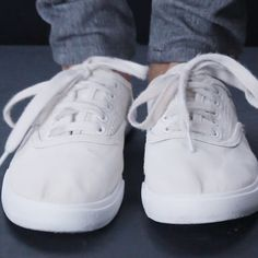 How To Get White Shoes White Again - Angela - Limpieza Diy Cleaning Products, Cleaning Solutions, Cleaning Hacks, Simple Life Hacks, Useful Life Hacks, Hacks Diy, Home Hacks, How To Clean White Shoes, Diy Clean Shoes