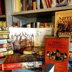 Traurige Nachrichten :-( Unser Lieblingsautor Terry Pratchett ist gestorben und mit ihm gehen alle Charaktere, von denen wir noch so viel mehr lesen wollten.  Er hat uns über Jahre zum Nachdenken und zum Lachen gebracht. Er hat uns so sehr bereichert wie kaum ein anderer.  Wir hoffen TOD hat ihn abgeholt und ihn mit zur Scheibenwelt genommen.  Wir werden ihn vermissen. Seine Bücher, seine Interviews und seine Gedanken.  Von nun an ist die Pforte zur Scheibenwelt geschlossen…