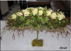 Voorjaarsstukje maken met rozen en berkentakken op een ijzerframe om op te bloemschikken