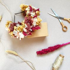 Maxi diadema de flores preservadas en tonos rosa y beige CONCHITA // Naturally preserved maxi flower headpiece de margotblanxart en Etsy