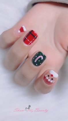 Xmas Nail Art Designs Christmas Nail Art Designs<br> We are in full-on Christmas mode. Browse thought our collections of Christmas Nail Ideas and Designs and get inspiration. Xmas Nail Art, Cute Christmas Nails, Christmas Nail Art Designs, Xmas Nails, Winter Nail Designs, Black Christmas, Hallographic Nails, Pointy Nails, Christmas Deco