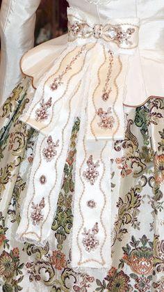 Detalle traje blanco de valenciana.