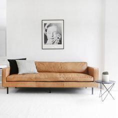 DeGordon cognaclederen sofa is ontzettend stoer, comfortabel én mooi.Deze design zitbank is gemaakt uit hoogwaardig anilineleer, een leersoort gekleurd in een natuurlijk verfbad en afgewerkt met een soepele beschermlaag.