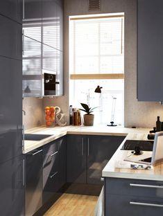 Praktische Einbauküche in grauer Glanzoptik