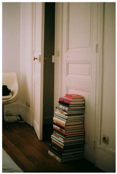 Par terre, contre la porte...