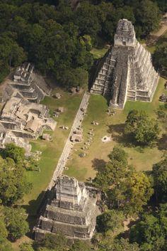 Mayan ruins, Tikal, Guatemala. @adrianocarvalho, consigo visualizar a gente tomando café alí no meio.