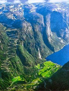 Estrada Trollstigen (caminho dos Trolls, em português) na montanha  em Rauma, Noruega. É notória por seus mirantes, cachoeiras e paredões rochosos, tudo numa sequência de onze curvas na encosta mais íngreme, chegando a ter 9% de inclinação. É aberta ao turismo de maio a outubro.