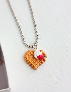2. Una galletita en forma de corazón con una fresa con crema.