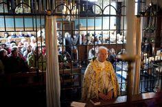 Plebaan Wagenaar van de kathedraal in Groningen bij het begin van het lof in het heiligdom van Warfhuizen Catholic, Roman Catholic