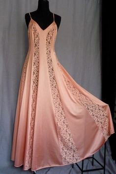 Vintage Lingerie I love vintage nightgowns. If you go to sleep feeling pretty you wake up feeling pretty :) - Vintage Nightgown, Vintage Dresses, Vintage Outfits, Vintage Fashion, Night Gown Vintage, Vintage Underwear, Vintage Lingerie, Pretty Lingerie, Beautiful Lingerie