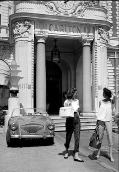 1954 Suzy Parker and sister Dorian Leigh in front of the Carlton where they are staying while on vacation in Cannes, photo by Willy Rizzo, August