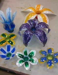 Here's the link to the tutorial >> How to Make Flowers out of Plastic Spoons << by GustamontonChannel… Water Bottle Flowers, Water Bottle Crafts, Plastic Bottle Crafts, Plastic Spoons, Diy Bottle, Recycle Plastic Bottles, Water Bottles, Recycled Bottles, Recycled Crafts