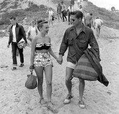 Beach Date At Balboa Beach in 1947 Urban Street Fashion, Mode Vintage, Vintage Love, Retro Vintage, Vintage Couples, Vintage Style, Vintage Kiss, Retro Style, Classic Style