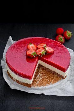 White Chocolate and Strawberry Mousse Cake Strawberry Mousse Cake, Strawberry Jelly, Sweet Recipes, Cake Recipes, Polish Desserts, Snacks Sains, Chocolate Blanco, White Chocolate, Summer Cakes