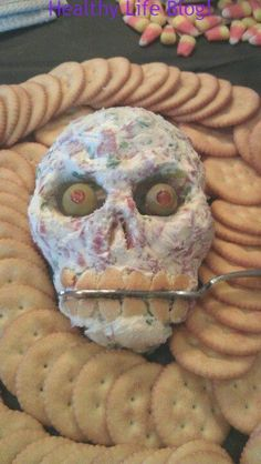 Pin for Later: spooky halloween food. Skull Cheese Ball // Choose your favorite cheese ball recipe, and form it into a skull for a Halloween party. Halloween Party Snacks, Spooky Halloween, Comida De Halloween Ideas, Recetas Halloween, Hallowen Food, Fete Halloween, Halloween Dinner, Snacks Für Party, Halloween Desserts