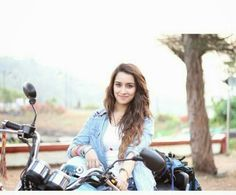 Indien Movie's Actress Shraddha Kapoor Biography and Lifestyle Beautiful Bollywood Actress, Most Beautiful Indian Actress, Indian Celebrities, Bollywood Celebrities, Ek Villain, Shraddha Kapoor Cute, Sraddha Kapoor, Ranbir Kapoor, Prettiest Actresses