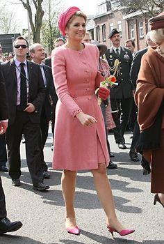 Ein altrosa-farbenes Kostüm mit passendem Mantel, abgerundet mit pinkem Hut und eben solchen Schuhen: ein schöner Farbklecks bei einem Besuch im deutschen Herzogenrath.