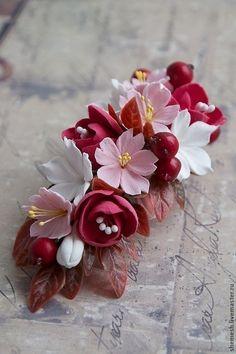 Купить или заказать Зажим и шпильки для волос в интернет-магазине на Ярмарке Мастеров. Зажим для волос с цветами сакуры, стефанотисами, красными цветочками и ягодками. В комплект к зажиму - шпилечки. Возможно заказать по отдельности. Зажим - 600 рублей, шпильки - 100 рублей за штуку. Оставайтесь неповторимыми! Fondant Flowers, Sugar Flowers, Felt Flowers, Diy Flowers, Paper Flowers, Polymer Clay Flowers, Polymer Clay Crafts, Handmade Polymer Clay, Plastic Bottle Flowers
