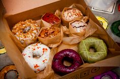 Fresh doughnuts at Doughnut Plant. 21 Delicious NYC Foods That Won't Break The Bank New York Eats, New York Food, Voyager C'est Vivre, Snacking, Times Square, New York Travel, Places To Eat, Street Food, Just In Case