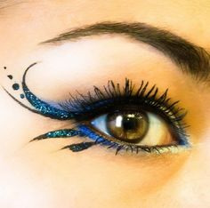 make up guide Sparkly blue winged eyeliner. make up glitter;make up brushes guide;make up samples; Beauty Make-up, Beauty Hacks, Fairy Costume Makeup, Fairy Costumes, Blue Fairy Costume, Fairy Eye Makeup, Renaissance Fairy Costume, Shadow Costume, Renaissance Makeup