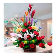 Bonito arreglo floral con rosas rojas