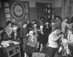 фотокор «Лайфа» 37-летняя Маргарет Берк-Уайт (Margaret Bourke-White, 1904-1971) в военной Москве в июле-августе 1941 года  Обучение сандружинниц, август 1941 г