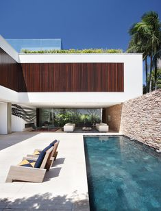 Modern home and Pool, by Studio Guilherme Torres: AH House. Modern Architecture House, Residential Architecture, Interior Architecture, Casa Petra, Indoor Outdoor Living, Outdoor Decor, Outdoor Office, Design Exterior, Modern Pools