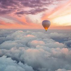 Hot air balloon flying above the clouds in a cotton candy colored sky Air Balloon Rides, Hot Air Balloon, Ballons Fotografie, Photographie Portrait Inspiration, Air Ballon, Above The Clouds, Sky Aesthetic, Jolie Photo, Aesthetic Backgrounds