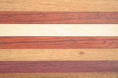 Detail van het die de kleuren van padoek, esdoorn, afzelia doussié en purperhart. Kleurrijk en met een mooi contrast.