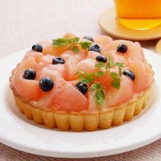春のやわらかな日差しにとけてしまいそうな淡い桃色にうっとりしてしまうこのタルト、桃とマスカルポーネの優しくて濃厚な味わいは、少しずつ暖かくなってゆく春のはじまりの気分にぴったりです。かわいらしいタルトは、女の子のお祝い、桃の節句にもおすすめです。 Köstliche Desserts, Sweets Recipes, Delicious Desserts, Cake Recipes, Yummy Food, Peach Cake, Dessert Bread, Sweet Cakes, Cake Decorating