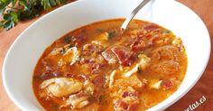Receta de sopa castellana o sopa de ajo. Tradicional de Castilla y León, es de preparación fácil y económica. Old Recipes, Vegan Recipes, World Chef, Hot Soup, Spanish Food, Mediterranean Recipes, Cheeseburger Chowder, Curry, Food And Drink