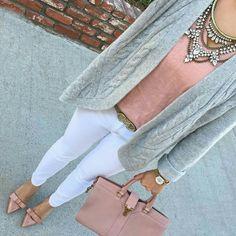Para salir. Blusa rosa palo, jeans blanco,zapatilla rosa palo y cardigan gris. Acserios: maxi collar plata, bolso rosa y reloj