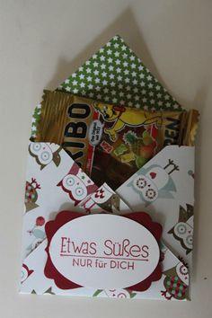 Verpackung für eine kleine Tüte Gummibärchen, für envelope punch board: 12,7 x 12,7 cm, punchen bei 6 cm, habe die Beschriftung so mit doppelseitigem Klebeband angebracht, dass man die ober Lasche einstecken kann ohne kleben.....