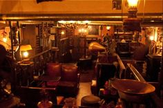 一段下がった掘り床席の周囲に、ぐるりと2階の吹き抜け席を模した座席があります。大きなスピーカーの横の棚には幾つもの真空管アンプが。こちらは2007年11月開店の、まだ新しい喫茶店ですが、実は2005年に惜しまれつつ閉店した東京・中野の名曲喫茶「クラシック」の正当な後継店。「クラシック」の元従業員が「クラシック」の壁に掛かる古時計や蓄音機などの調度品やレコードを譲り受けて開いた名曲喫茶なのです。